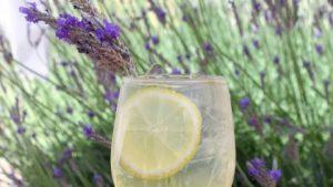 Kumarično limetni špricer z sivko – okus poletja v kozarcu!